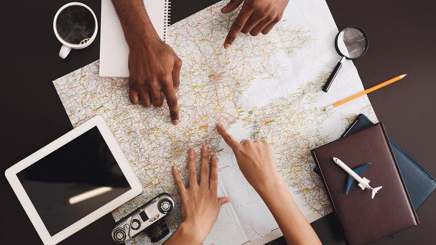 Planificar un viaje en pareja.