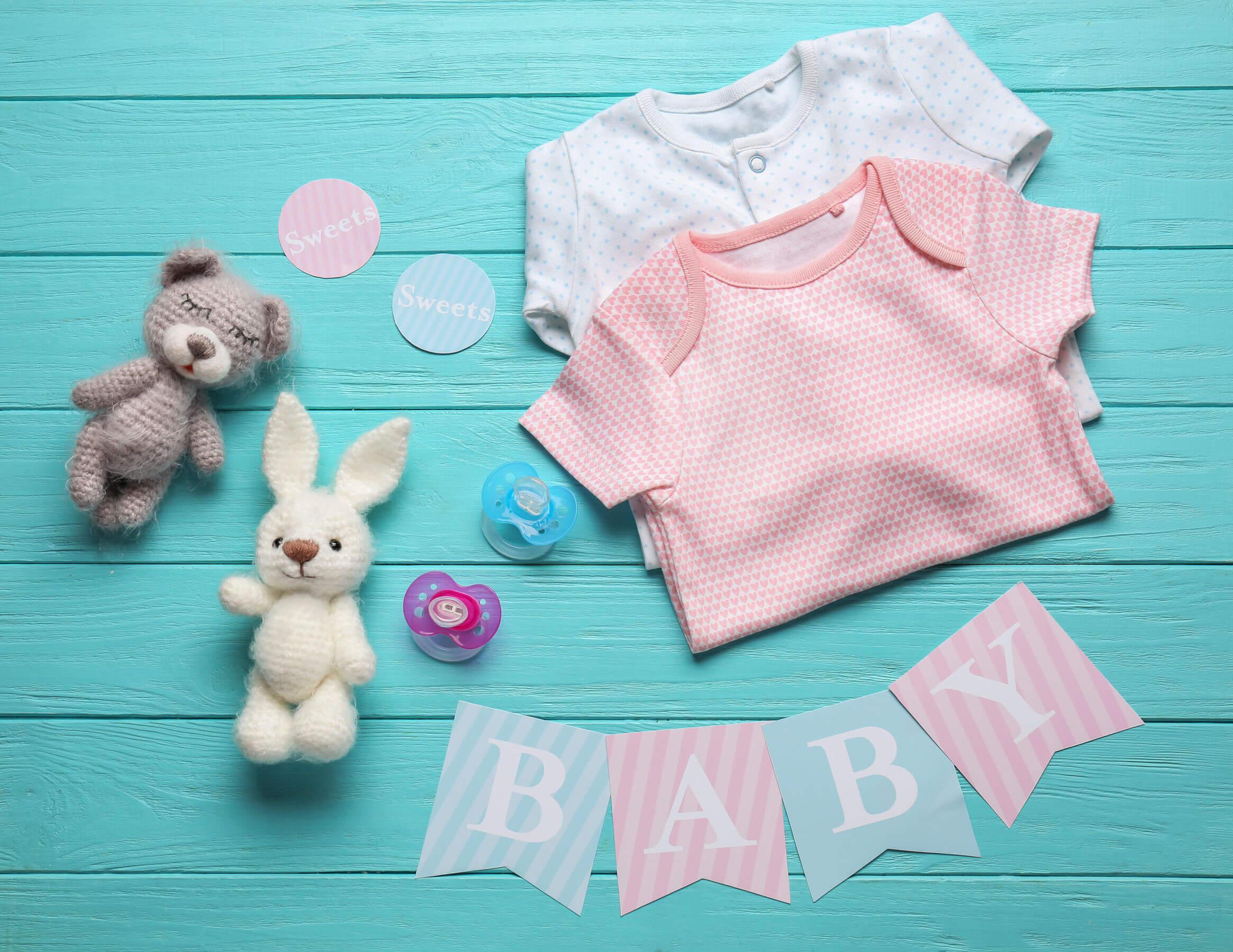 Para preparar la llegada del bebé es necesario buscar la ropa con antelación.