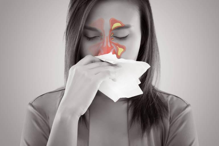 Mujer con sinusitis