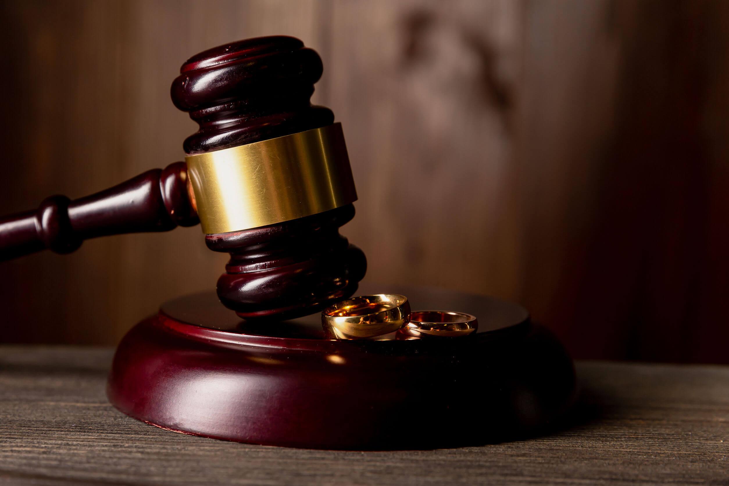 Los aspectos legales son una gran desventaja al casarse por lo civil.