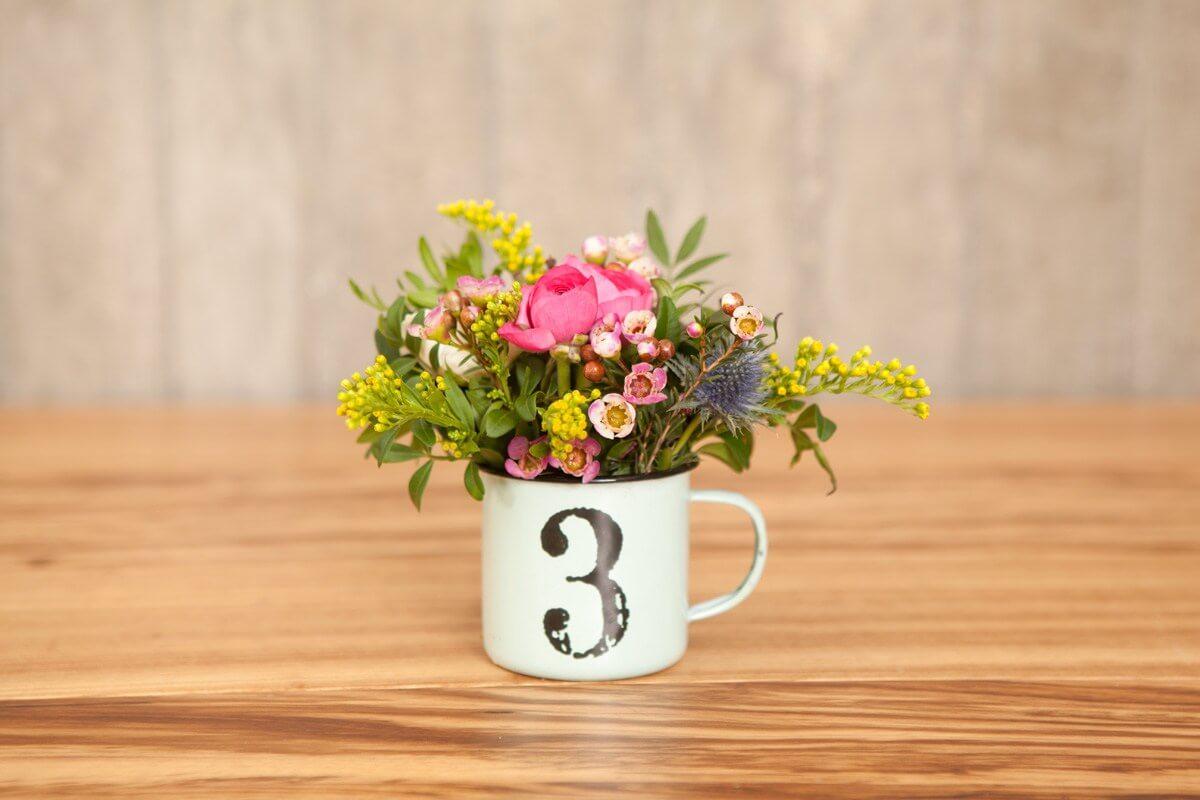 Decoración con flores en la mesa.