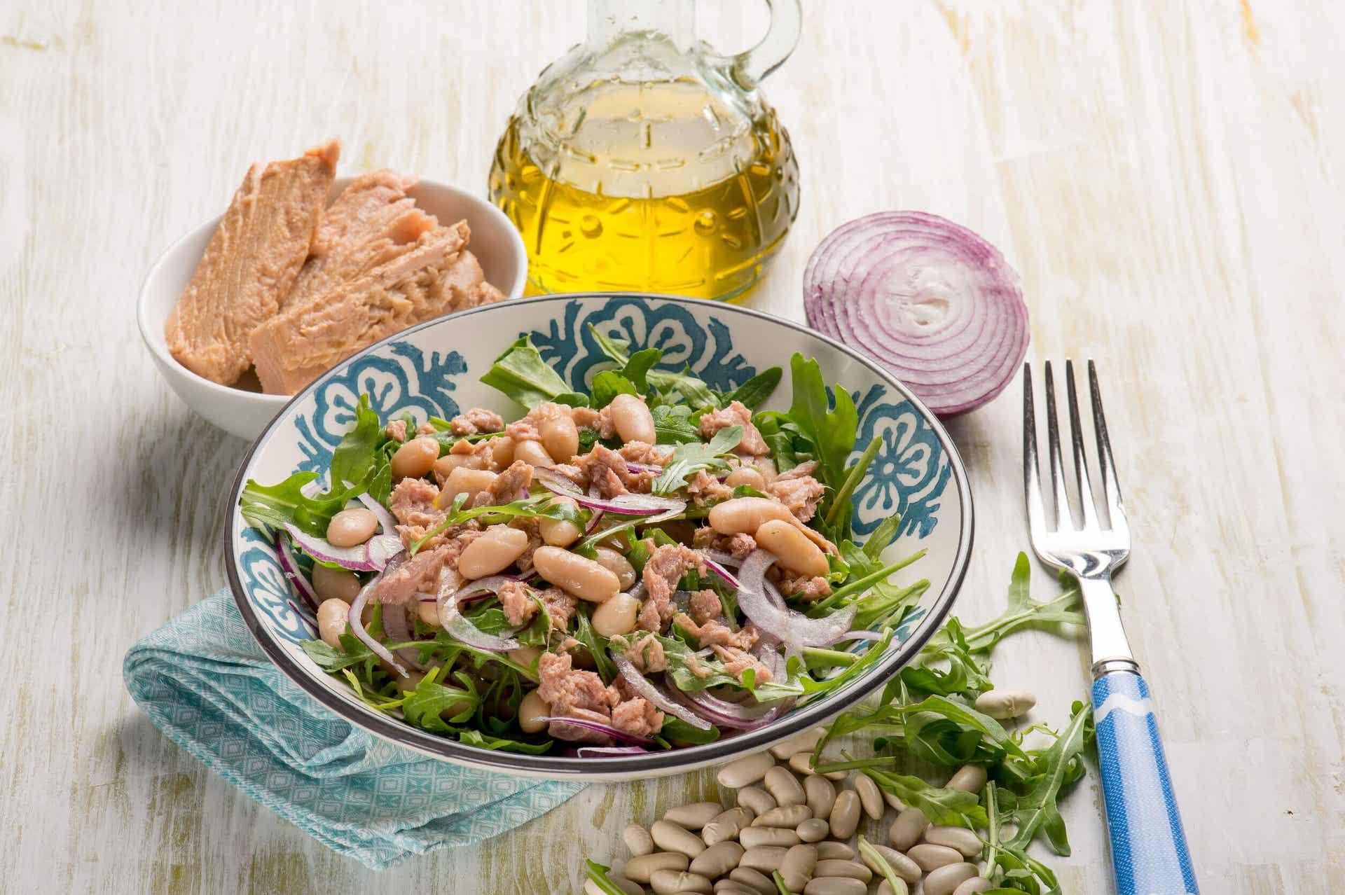 La ensalada de atún es una buena fuente de vitamina b12.