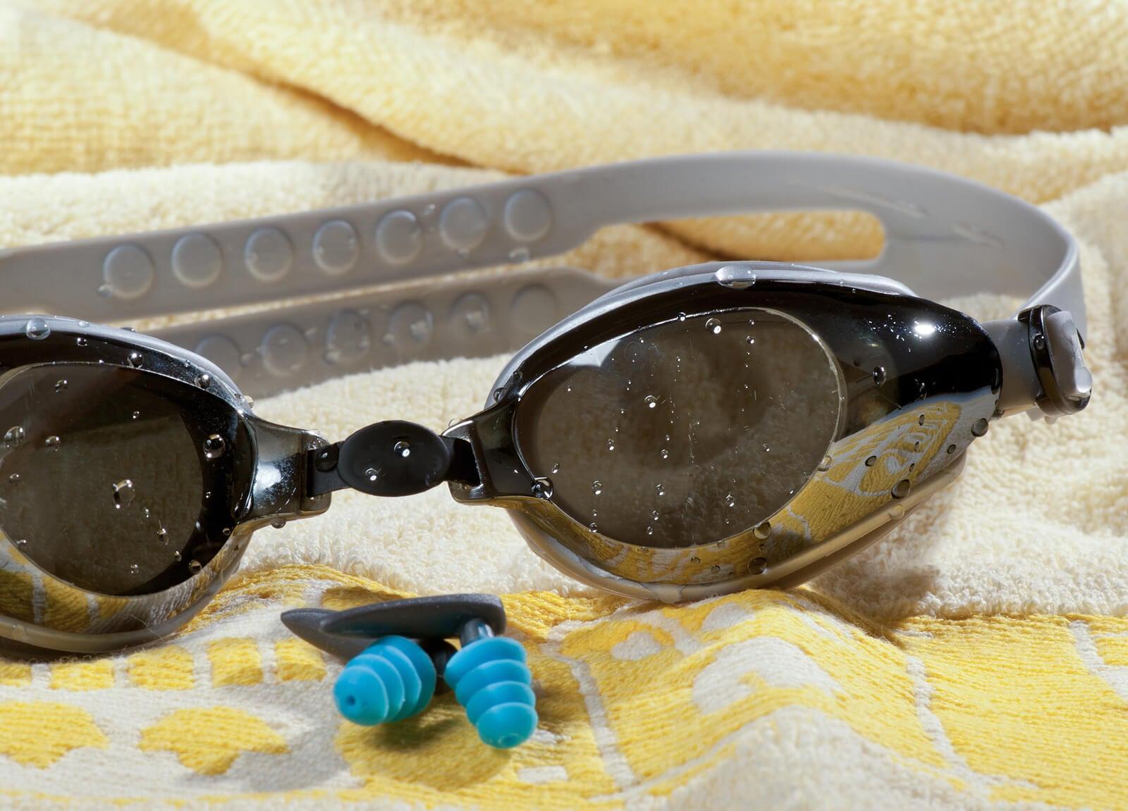 Gafas y tapones de oídos para protegerse al nadar.
