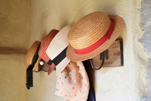 Maneras de hacer un perchero para colgar tus sombreros