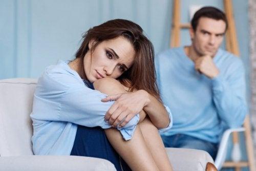Hombre mirando a su pareja con expresión triste