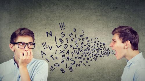 Joven con dificultades para comunicarse