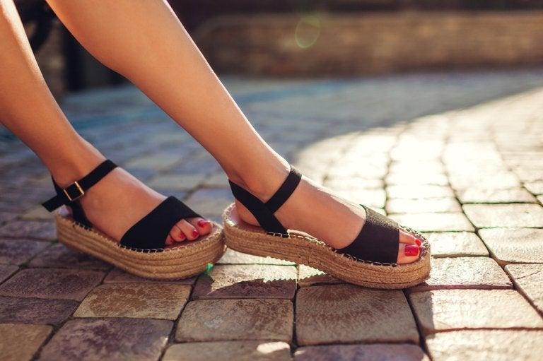 3 soluciones para eliminar el mal olor de tus sandalias