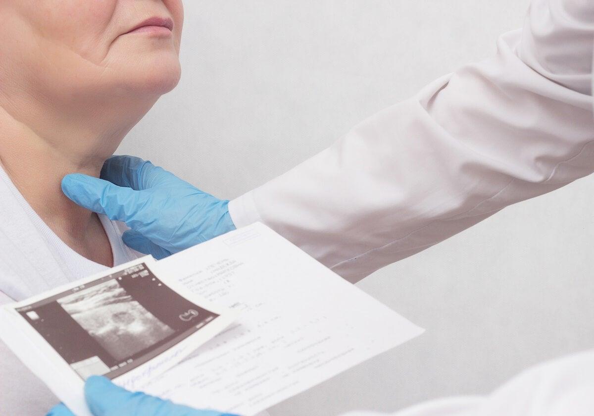 Médico examen de hipertiroidismo