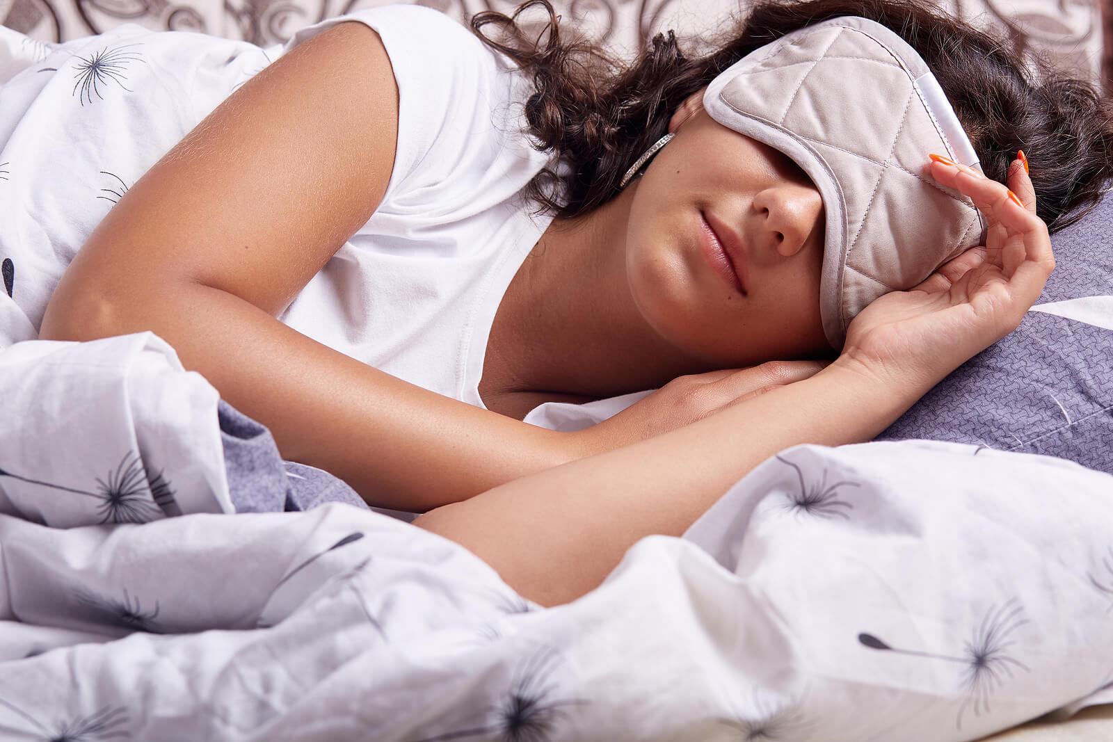 Mujer reposando para el alivio del dolor de cabeza.