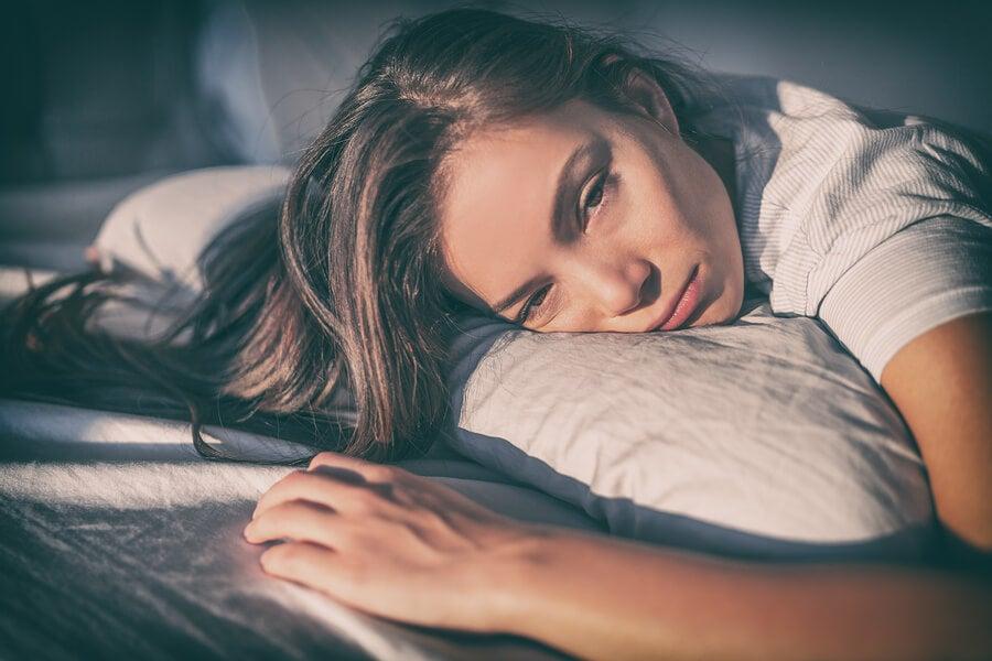Mujer triste bocabajo almohada