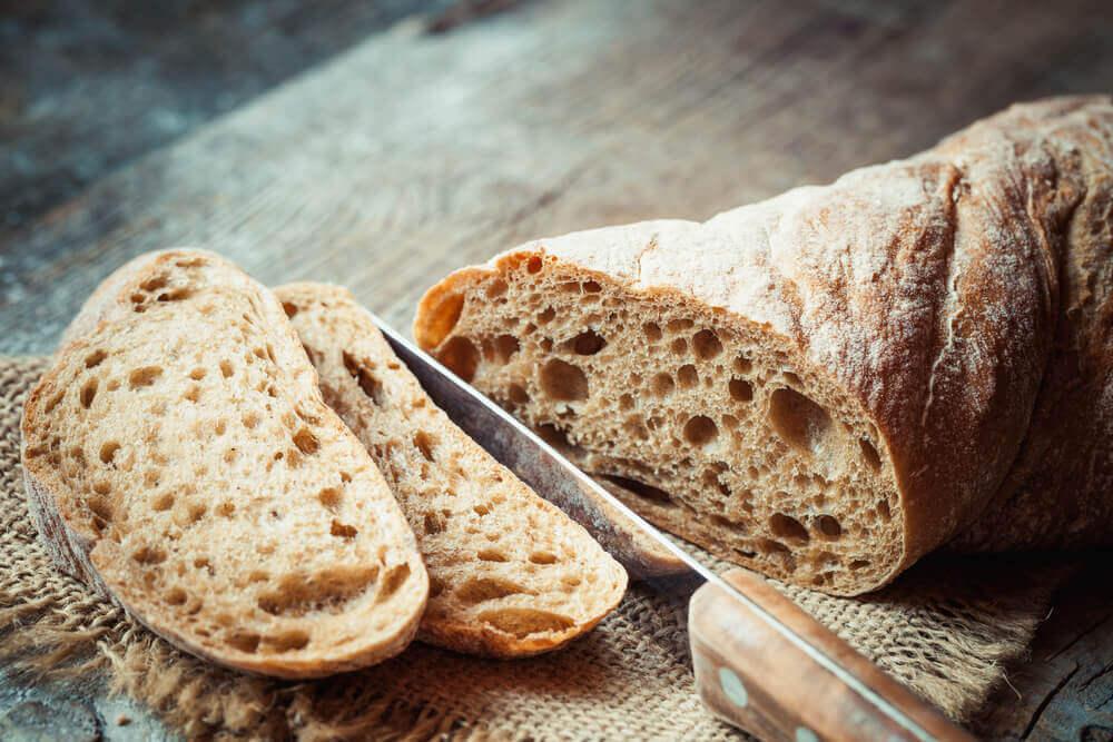 Pan integral cortado en rodajas.