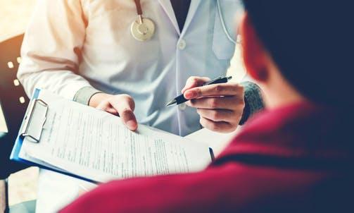 Paciente en consulta médica: disartria