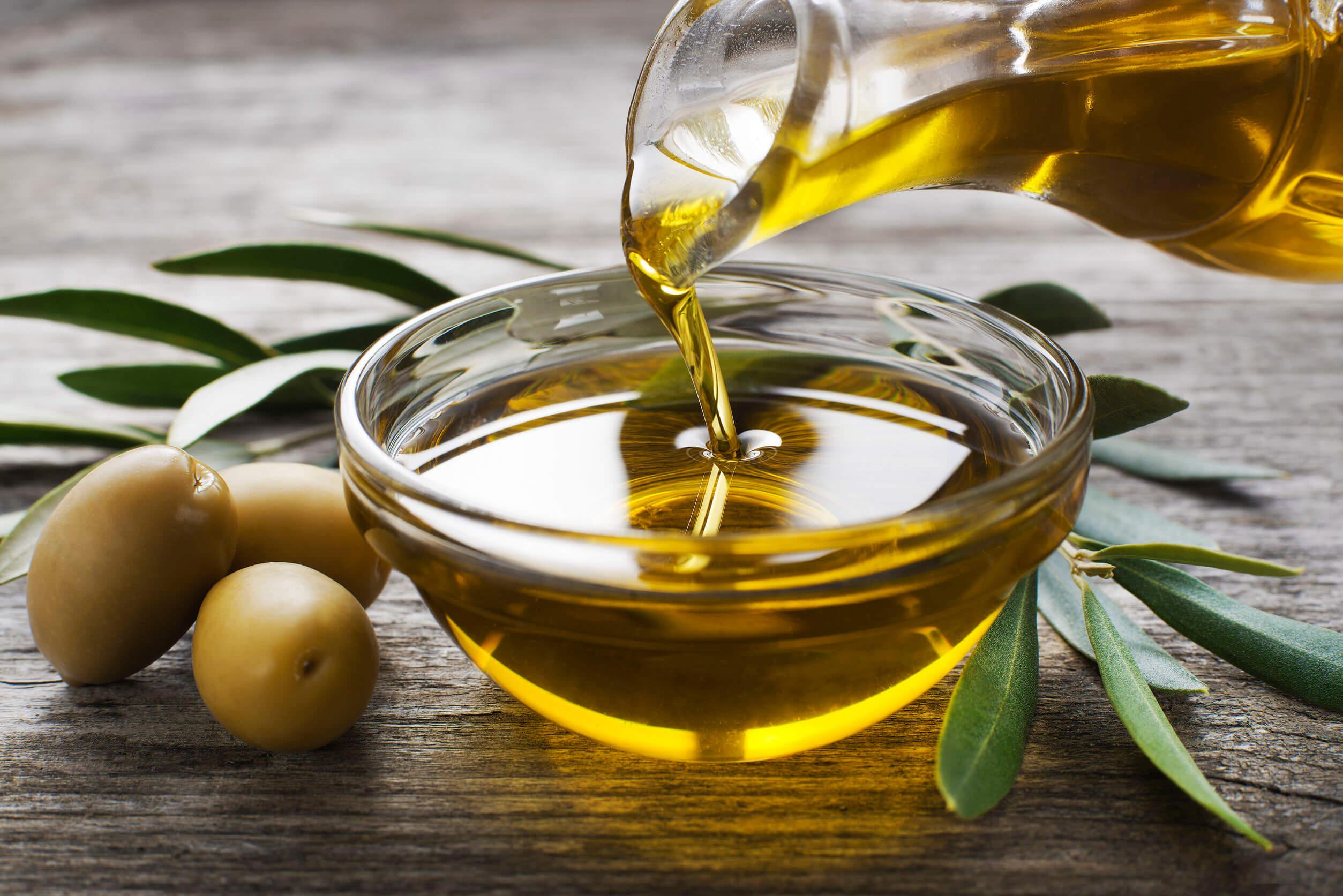 Una de las fuentes vegetales de ácidos grasos es el aceite de oliva.