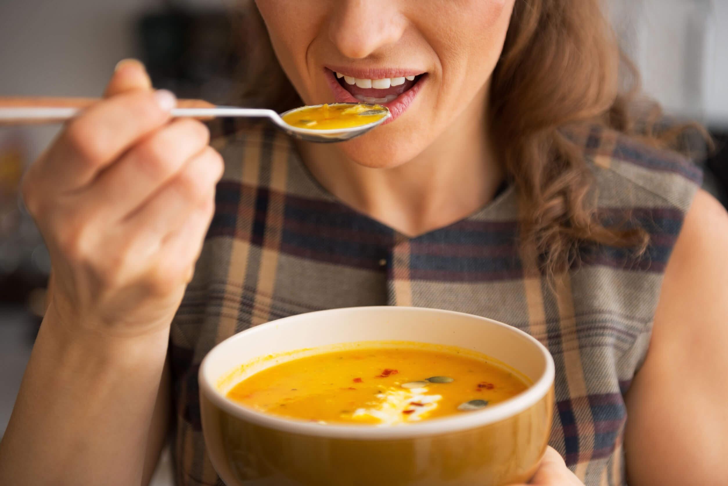 La dieta blanda incluye sopas y jugos.