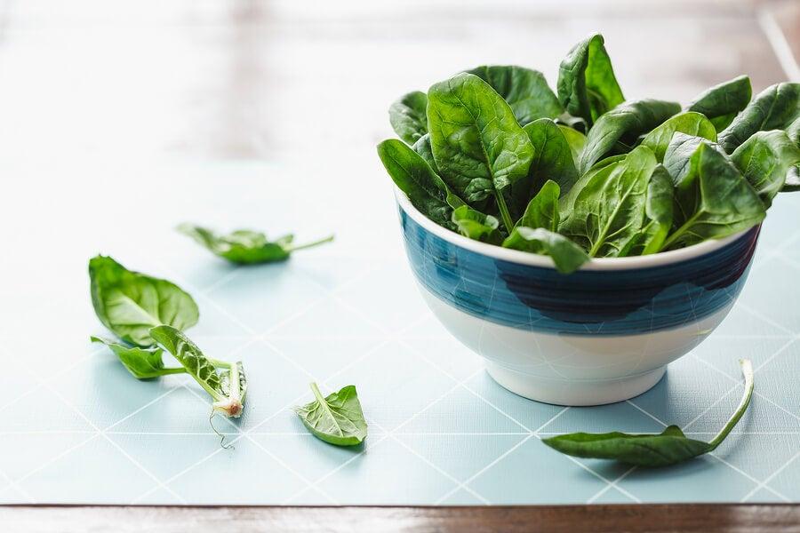 ¿Por qué deberías comer las espinacas crudas? 5 beneficios
