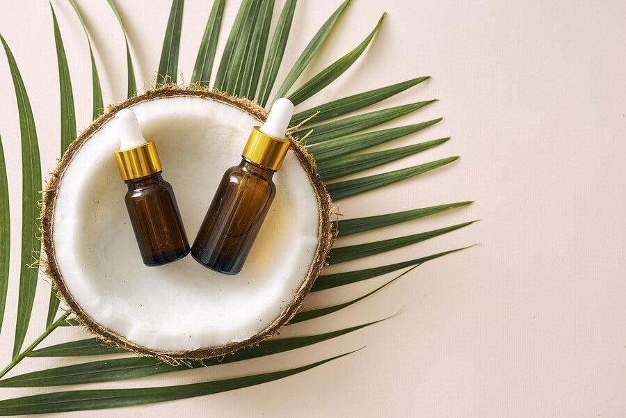 Gotas de aceite de coco virgen.