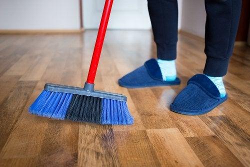 4 métodos para abrillantar tus pisos de madera con productos caseros