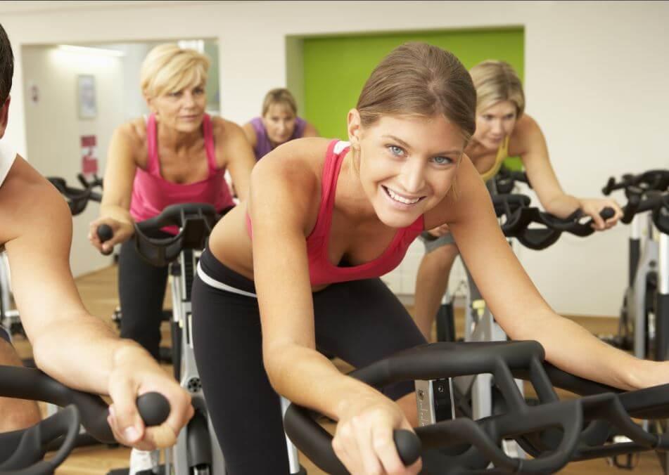 Mujeres en una sesión de bicicleta estática.
