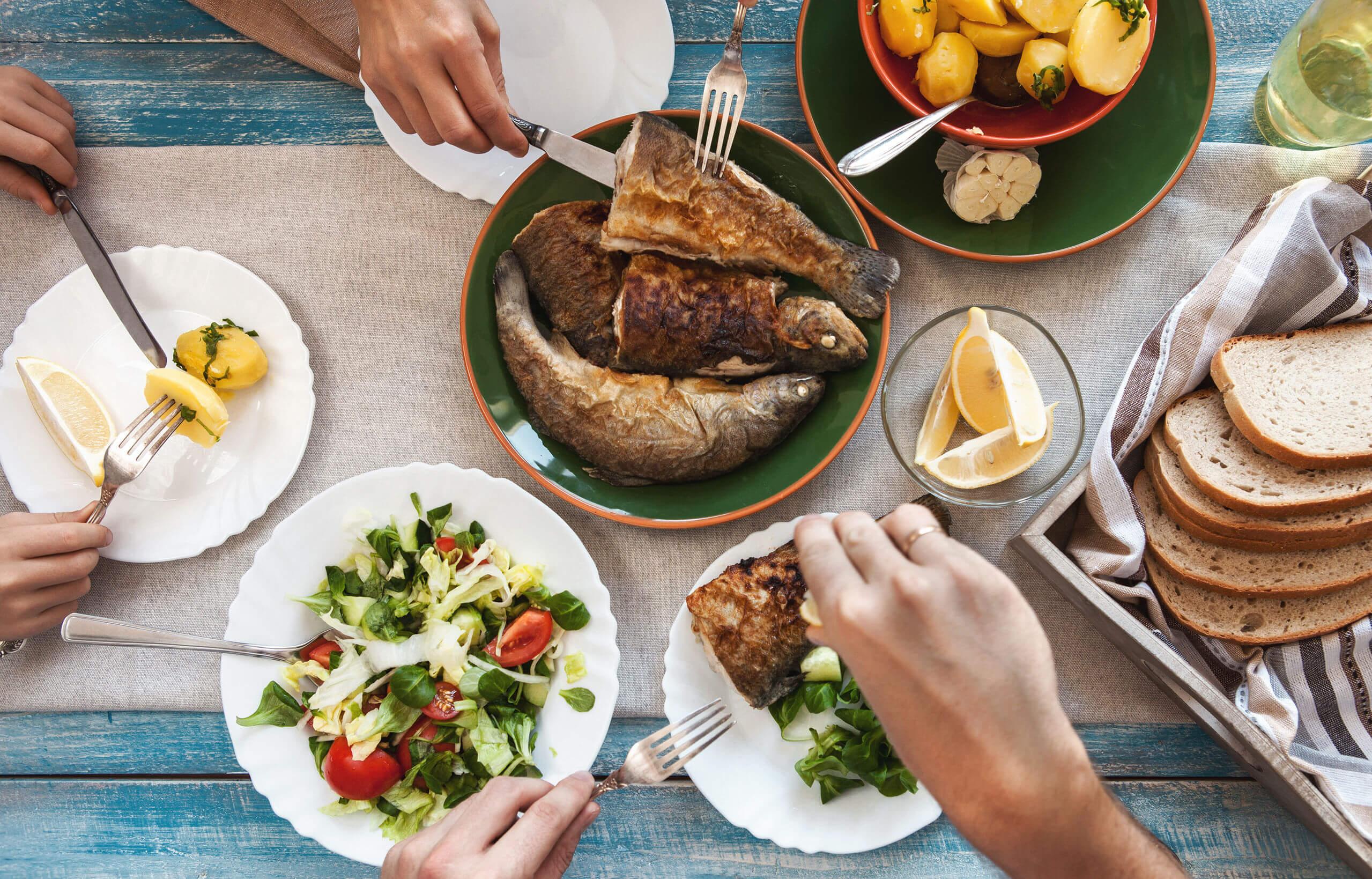Reducir el consumo de carne puede hacerse comiendo pescado.