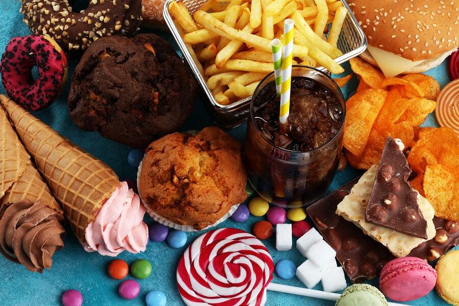 Alimentos muy poco saludables sobre la mesa