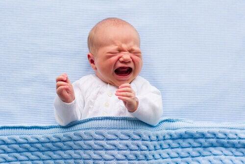 Bebé llorando muy fuerte.