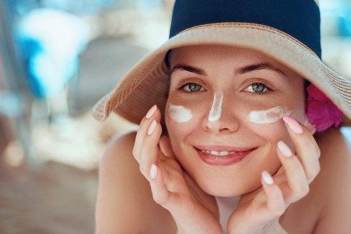 Cómo tratar la cara quemada por el sol con remedios naturales