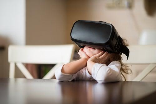 Niña con realidad virtual