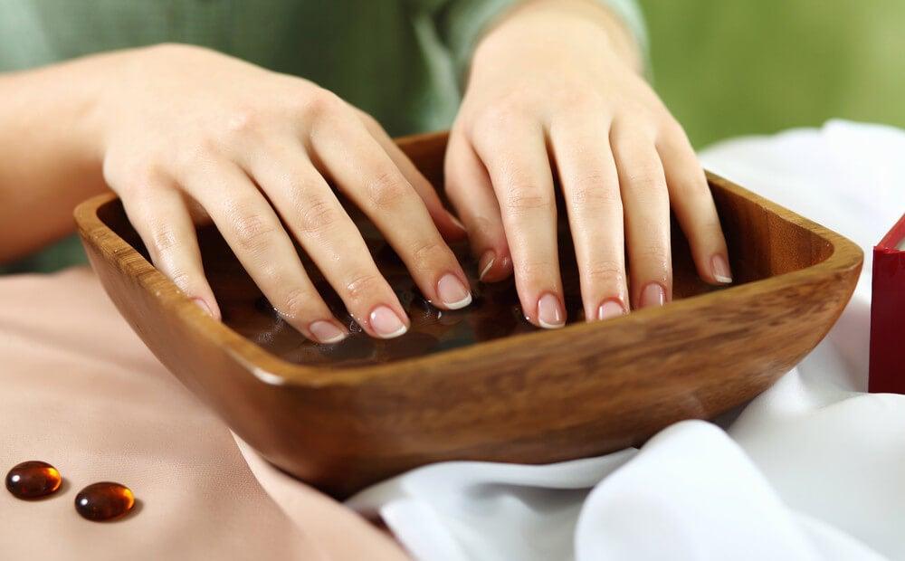 Sumergir uñas en agua