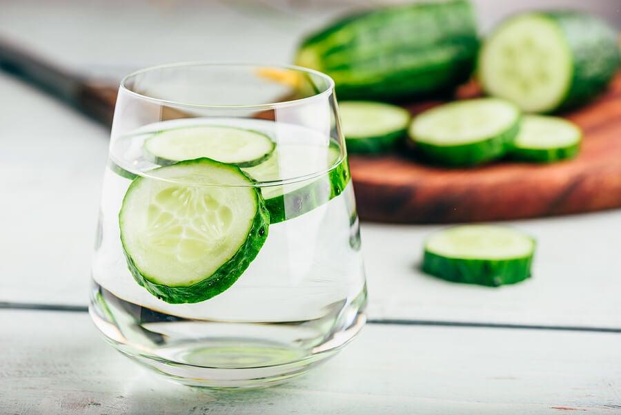 Agua de pepino para la retención de líquidos