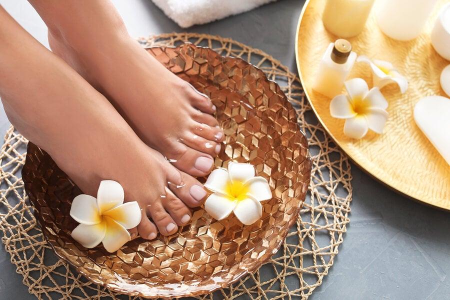Baños para suavizar los pies con vinagre y aceite de almendras