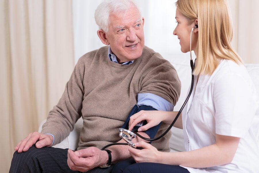 varón hipertenso anciano
