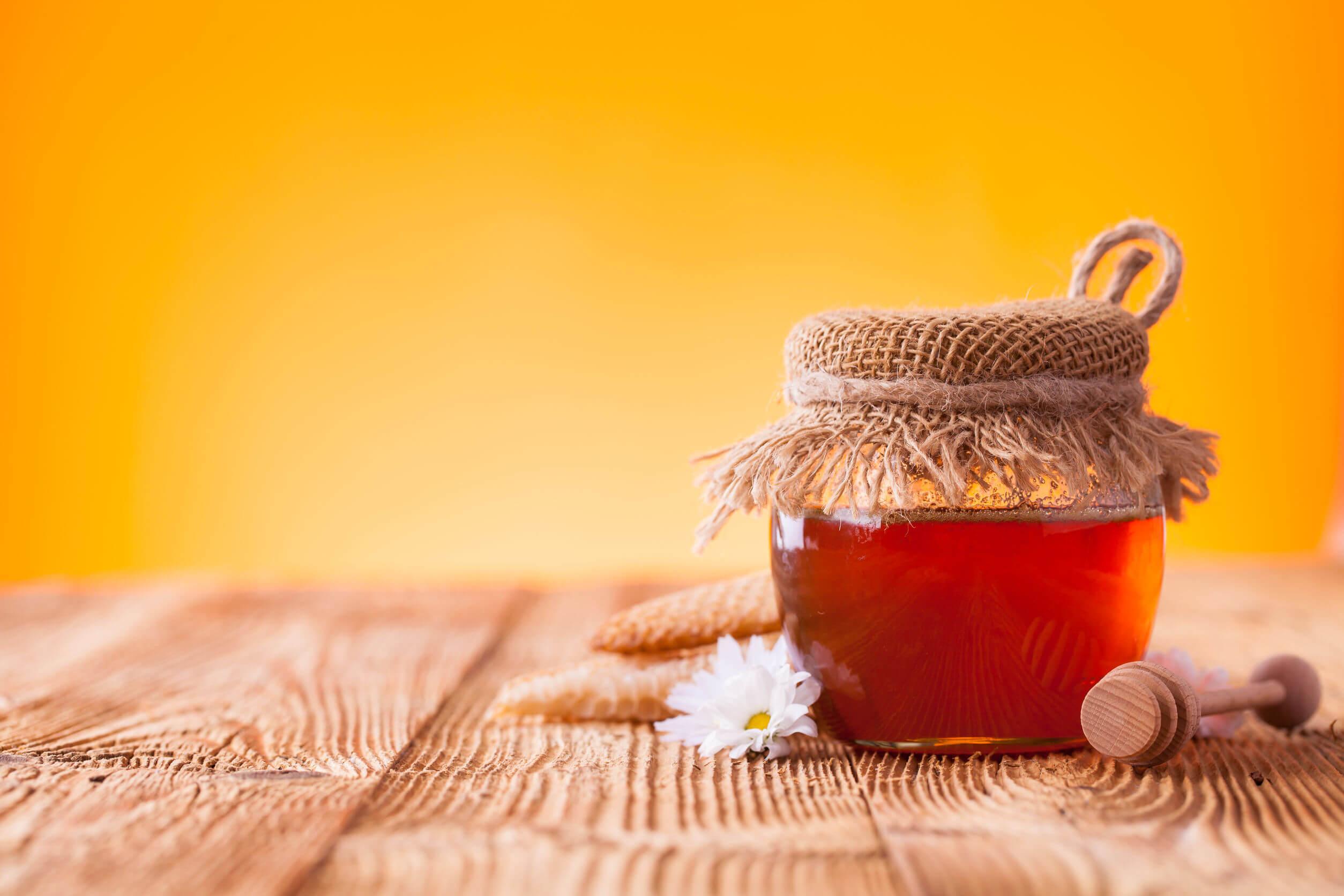 Los bebés no pueden comer miel por el riesgo de botulismo.