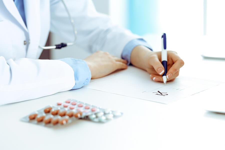 Medico recetando fármacos