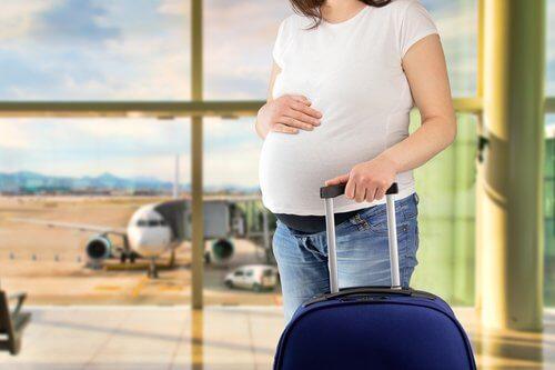 Embarazada preparada para viajar en verano.