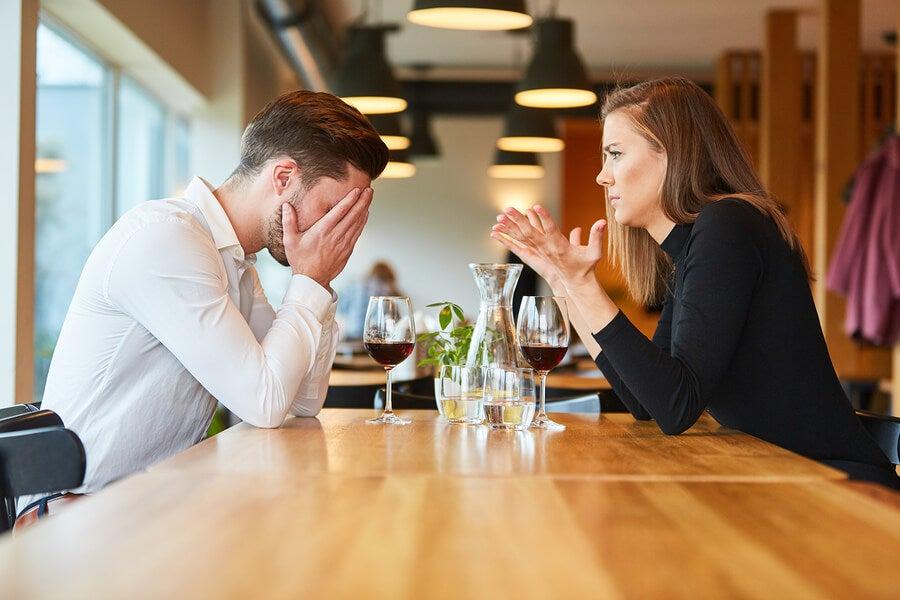 Hombre con dependencia emocional y miedo al abandono en pareja