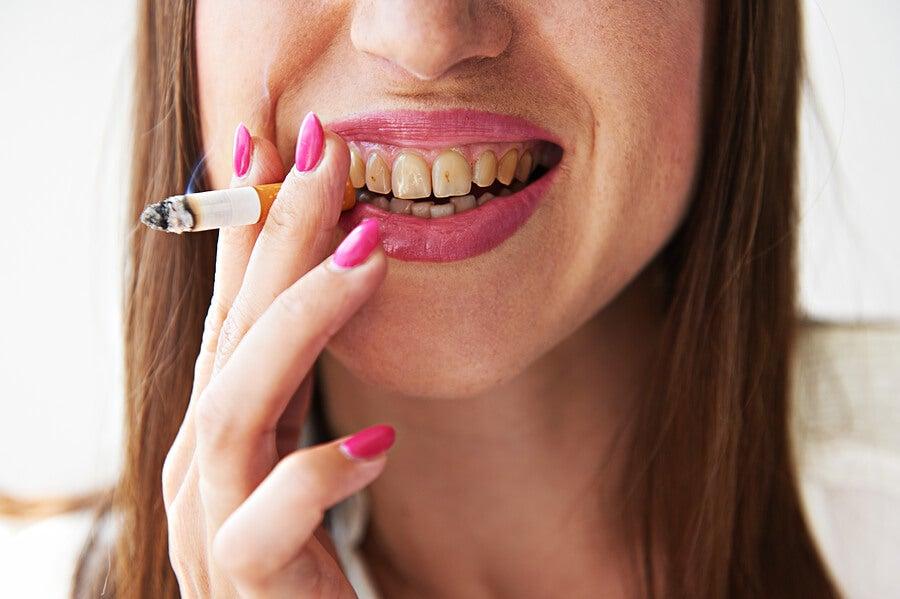 Mujer que revela los perjuicios del tabaco en la cavidad oral