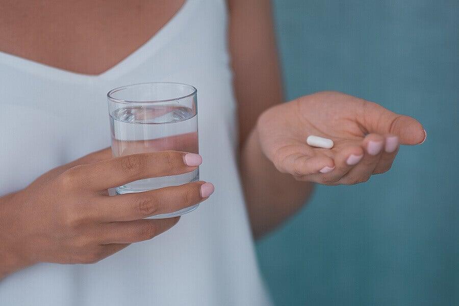 Mujer con pastillas de olanzapina