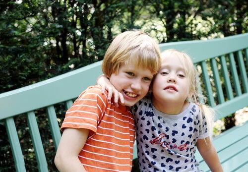 Niño autista con su hermana.