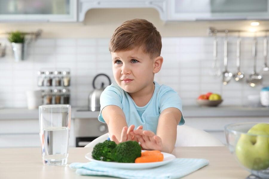 Niño rechaza los vegetales.