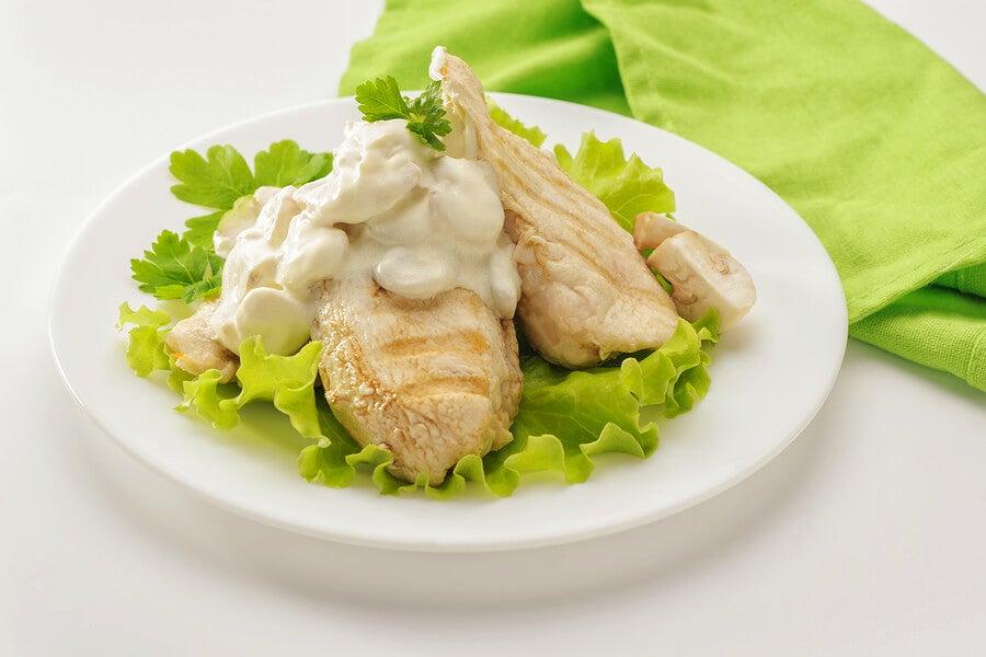 Pechuga de pollo con nata y champiñones
