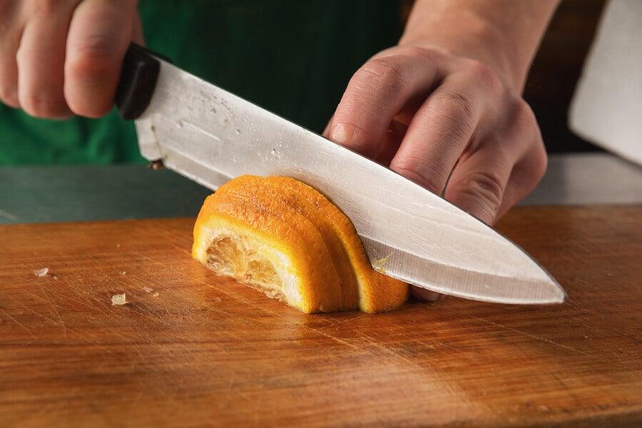 Picar cáscaras de cítricos para eliminar el olor a pescado de la cocina