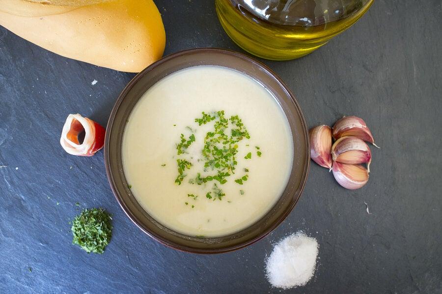 Crema fría de almendras con uvas y melón