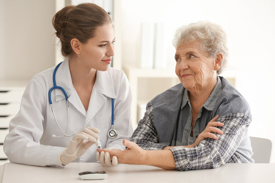 Médico y paciente con retinopatía diabética
