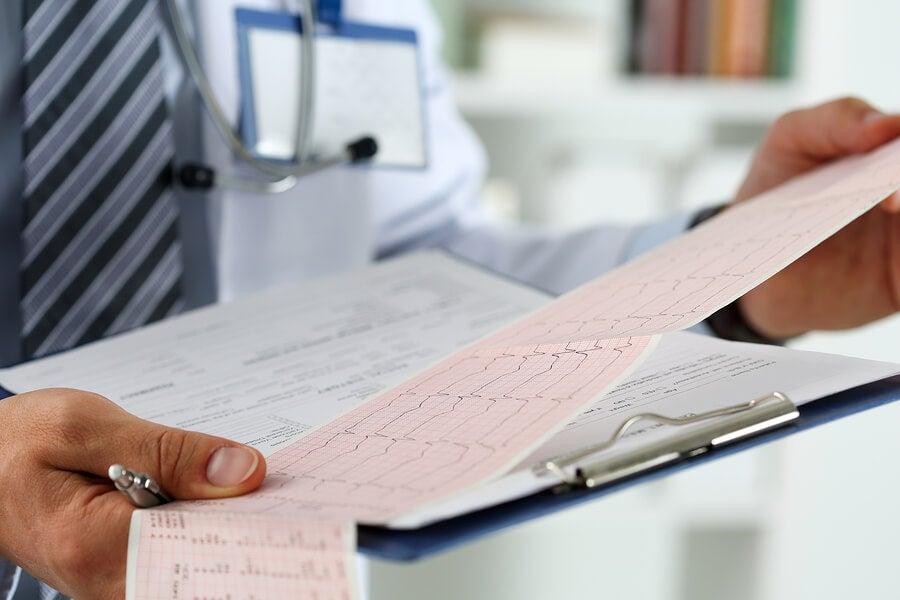 Medico revisando resultado del holter
