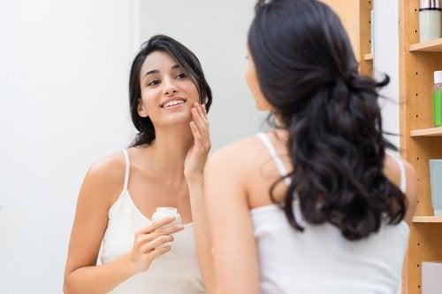 Mujer cuidando la salud de la piel