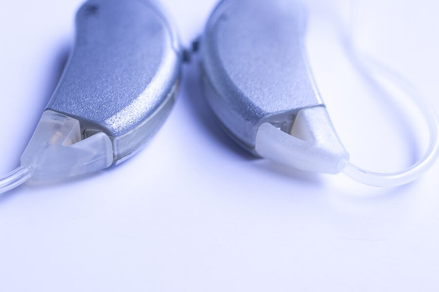 Las partes del implante coclear