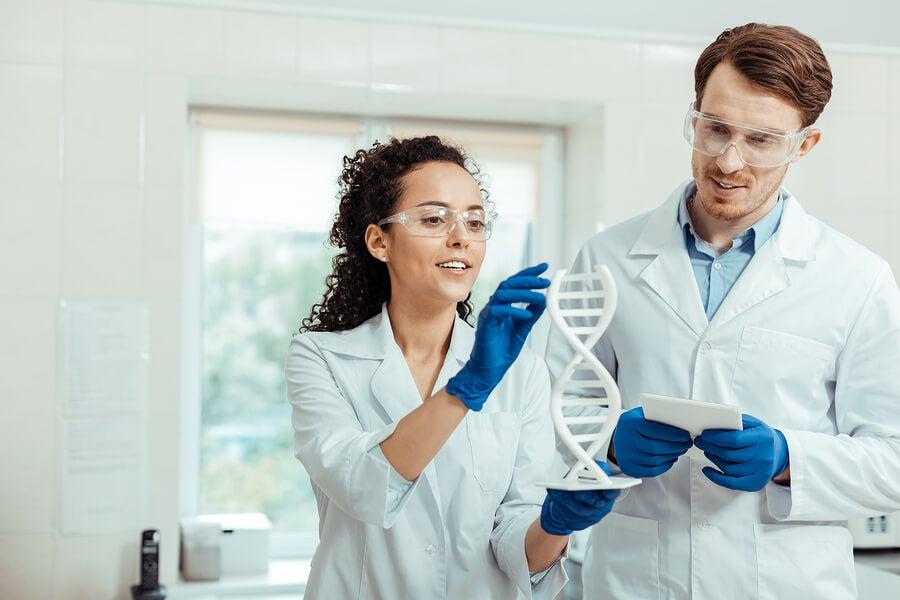 Científicos aplicando el proyecto genoma humano