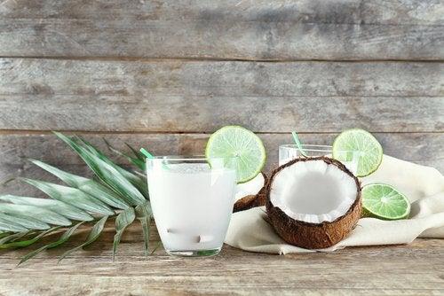 Una de las bebidas frutales que puede hidratarte es la mezcla de agua de coco con menta.
