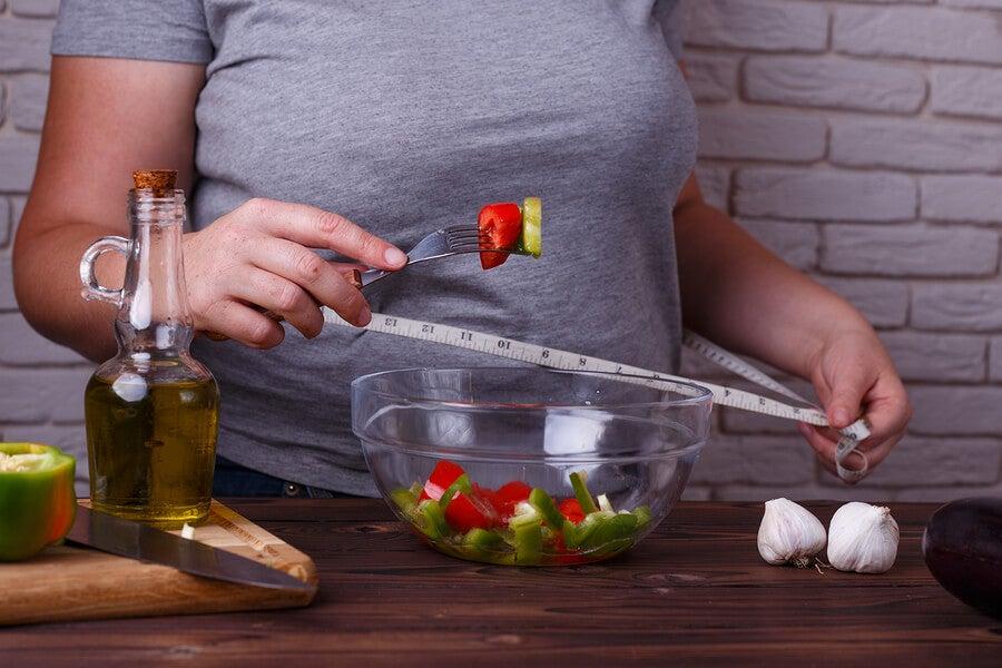 Mujer comiendo sano para bajar de peso