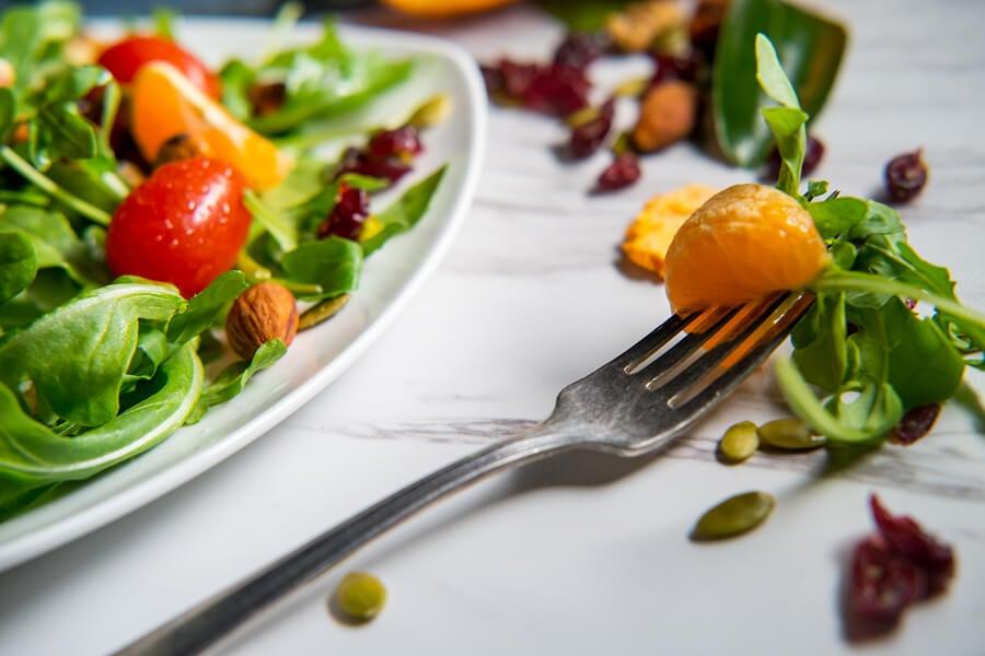Cómo preparar una ensalada fresca de cítricos, dátiles y almendras